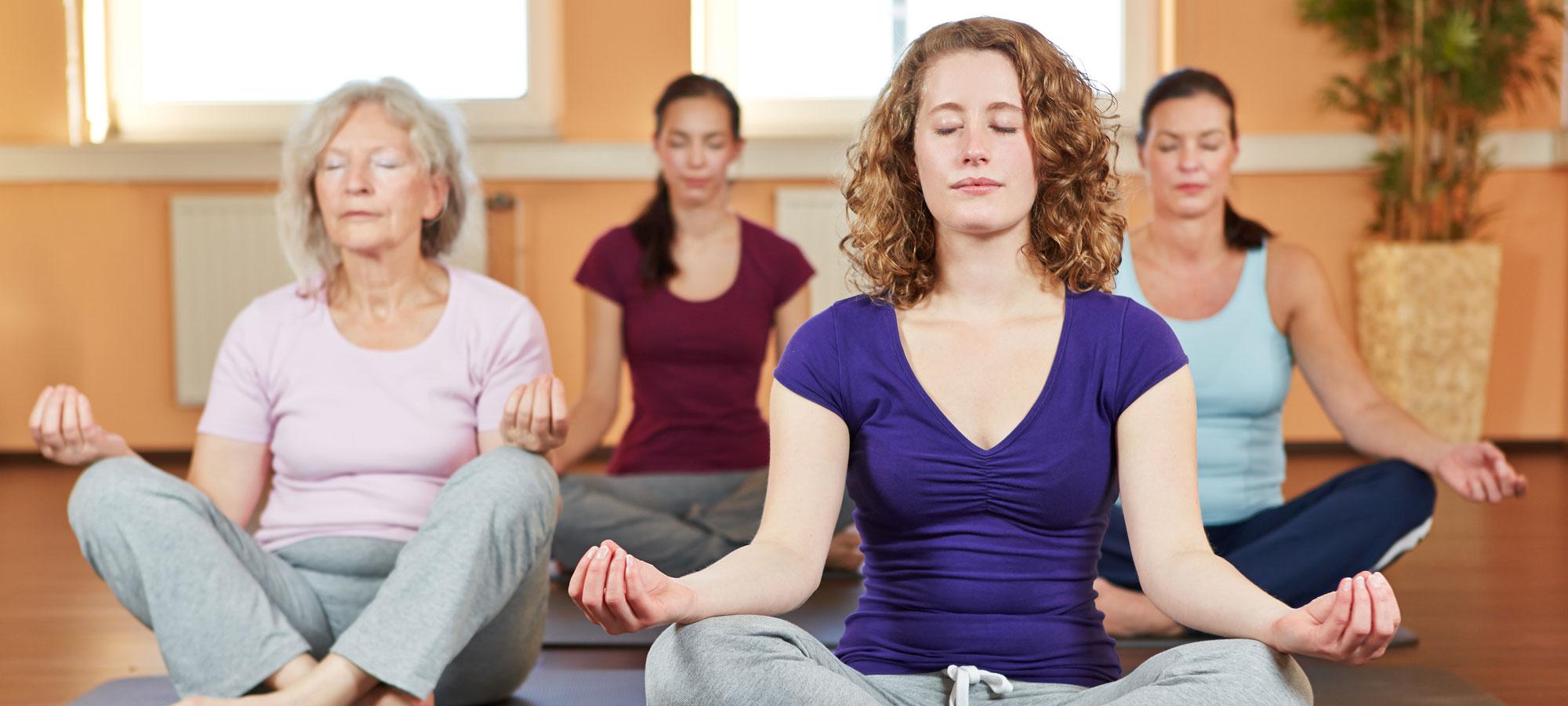 Frauen beim Yoga indoor, © shutterstock (Robert Kneschke)