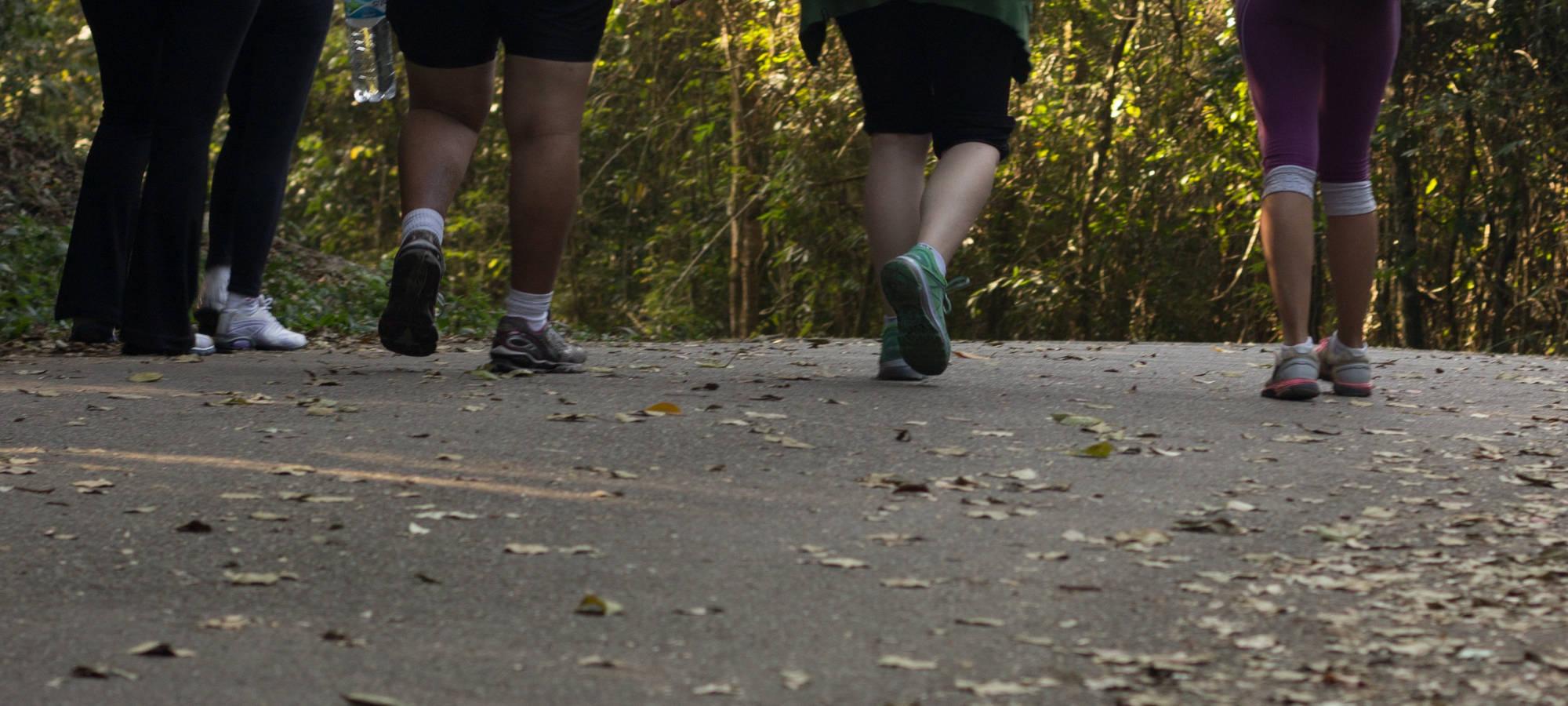 Beine in Turnschuhen bei Bewegung im Freien, © pexels